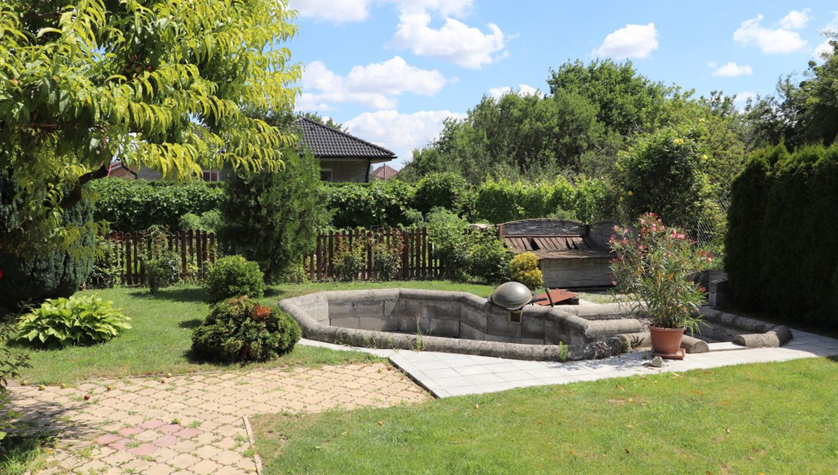 Samorin 25 Bratislavska ulica rodinny dom 5 izbovy pohlad okolie nedokonceneho bazena v zahrade