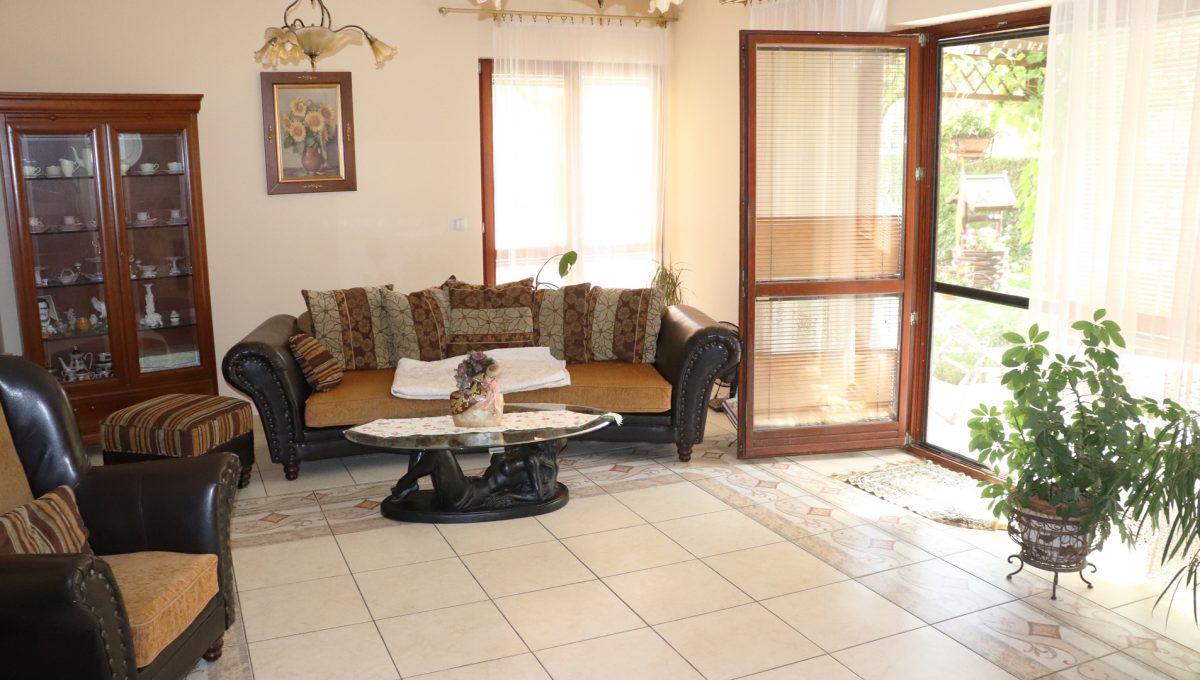 Samorin 31 Bratislavska ulica rodinny dom 5 izbovy pohlad obyvaciu izbu a vstup z terasy