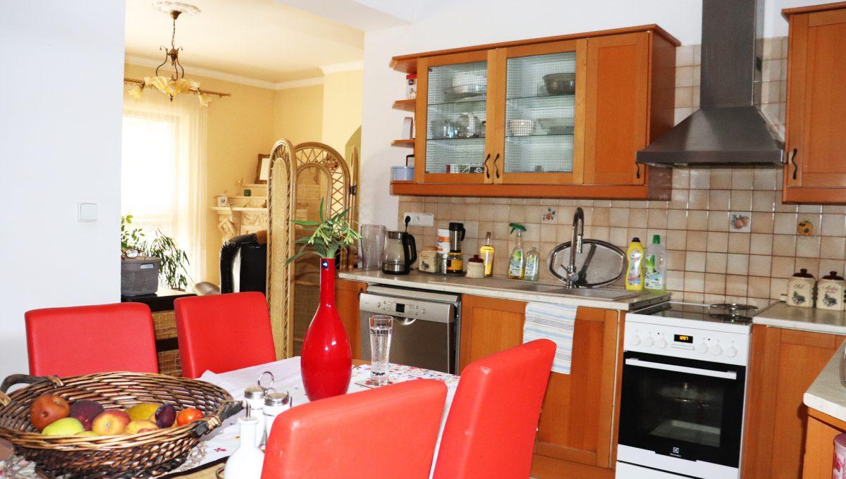 Samorin 33 Bratislavska ulica rodinny dom 5 izbovy pohlad na cast kuchyne so vstupom do obyvacej izby