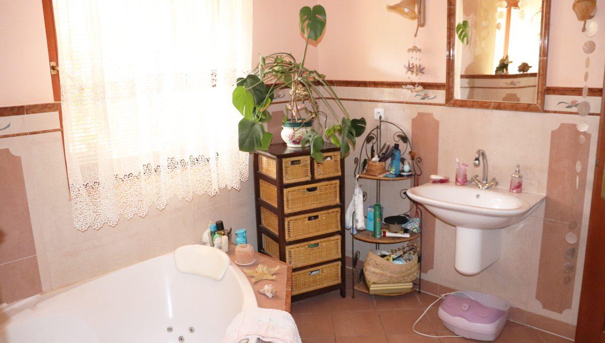 Samorin 38 Bratislavska ulica rodinny dom 5 izbovy pohlad kupelnu s rohovou vanou a mramorovou dlazbou v zadnej spalni domu