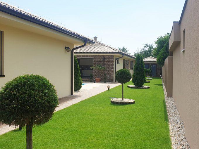 Rodinné domy v Senci-Boldocka-nadstandardna-ponuka-dvoch-rodinnych-domov-s-bazenom-v-centre-mesta-pohlad-na-cast-pozemku