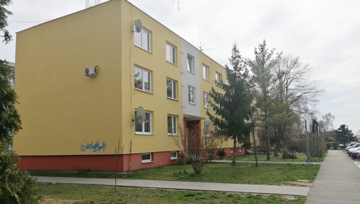Senec 01 Inovecka 2 izbovy byt na predaj pohlad na bytovy dom