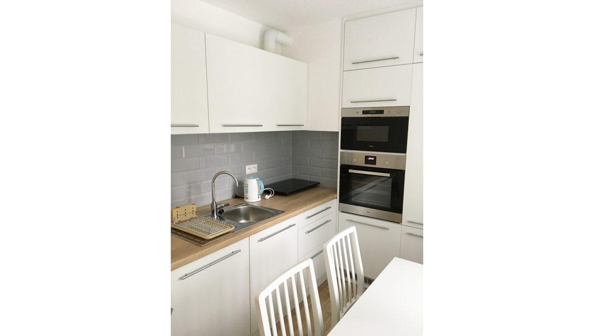Senec 01 Kollarova 2 izbovy byt na prenajom pohlad na novu kuchynsku linku so spotrebicmi s jedalenskou castou
