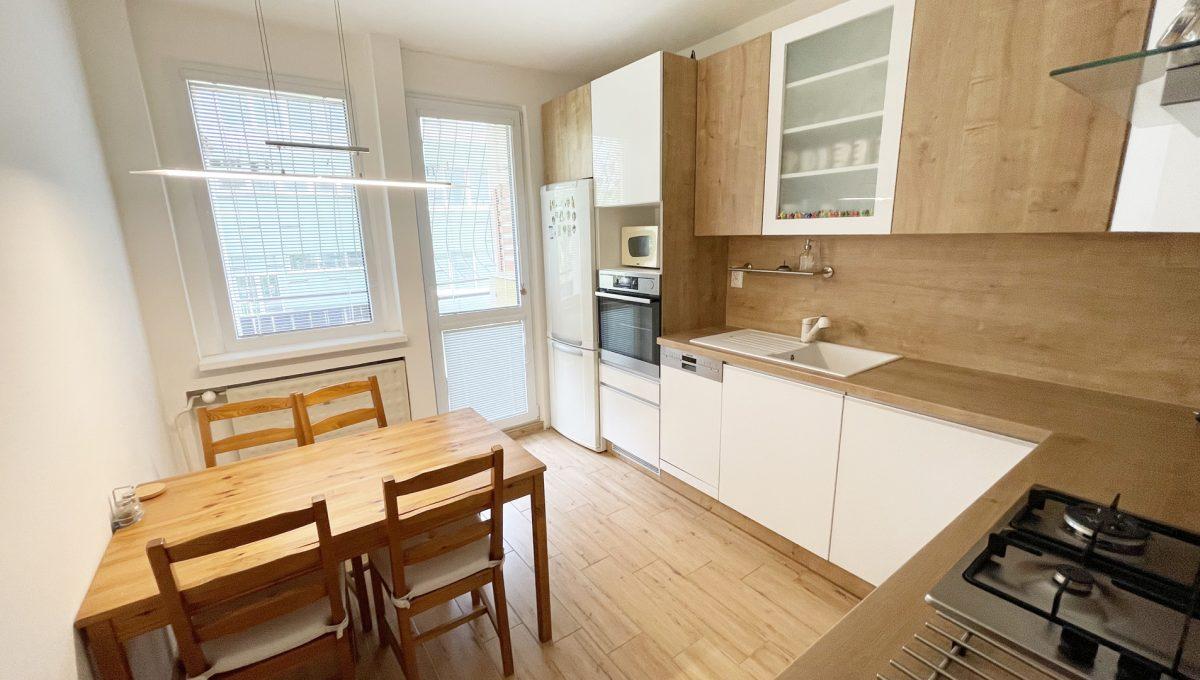 Senec Namestie 1 maja 3 izbovy byt na predaj pohlad na kompletne zariadenu kuchynsku linku s jedalenskym sedenim a so vstupom na lodzu