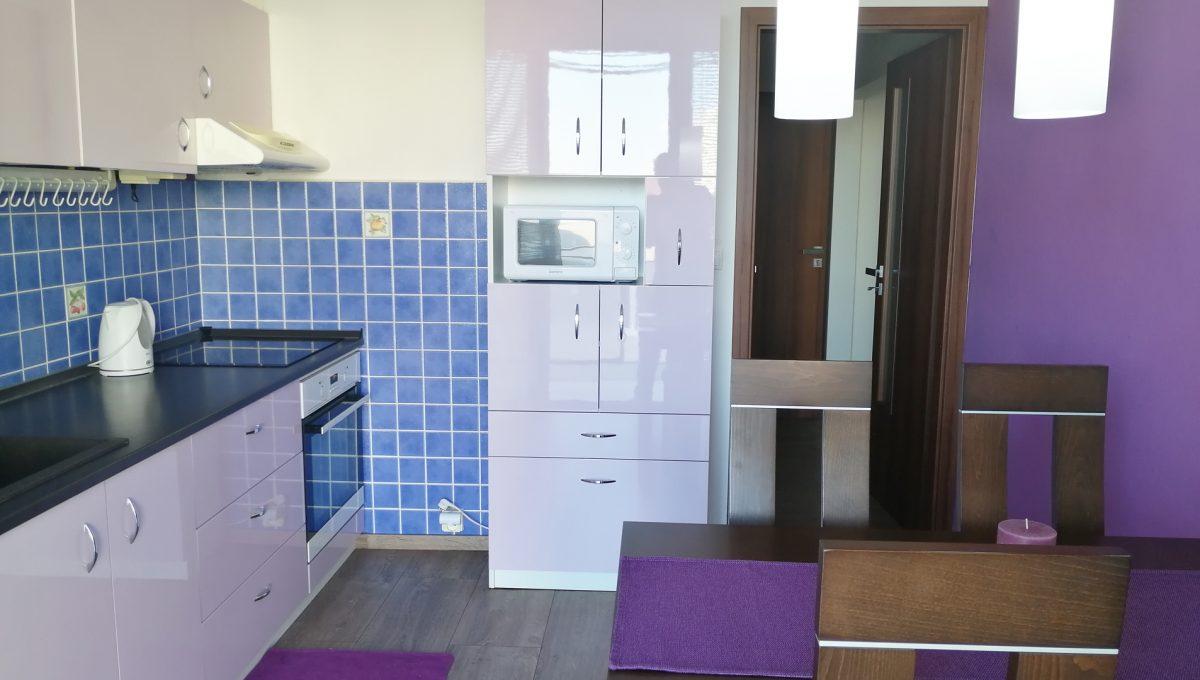Senec 01 Namestie 3 izbovy byt na prenajom pohlad od lodzie na zariadenu kuchynu s jedalenskou castou