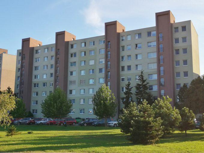 Senec-01-SNP-ponuka-3-izboveho-bytu-na-predaj-pohlad-z-ulice-na-bytovy-dom