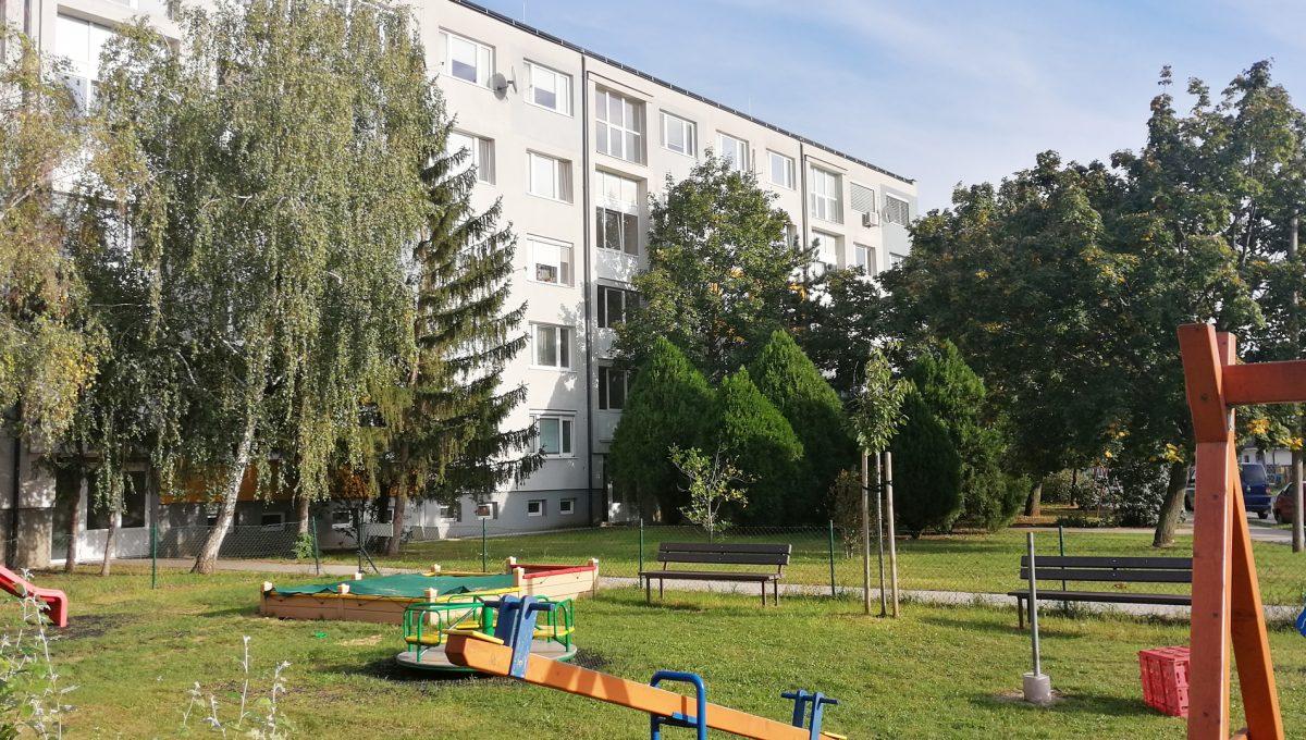 Senec 01 Svatoplukova 3 izbovy byt s balkonom a klimatizaciou pohlad na bytovy dom od predajne Billa