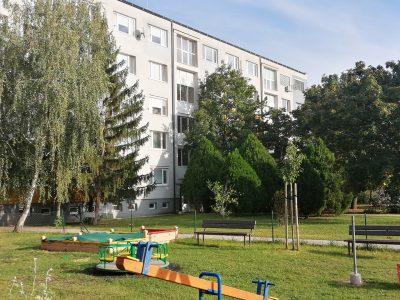 Byt priamo v Senci-Svatoplukova-3-izbovy-s-balkonom-a-klimatizaciou-pohlad-na-bytovy-dom-od-predajne-Billa