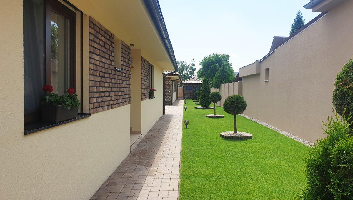 Senec 02 Boldocka nadstandardna ponuka dvoch rodinnych domov s bazenom v centre mesta pohlad na upraveny pozemok