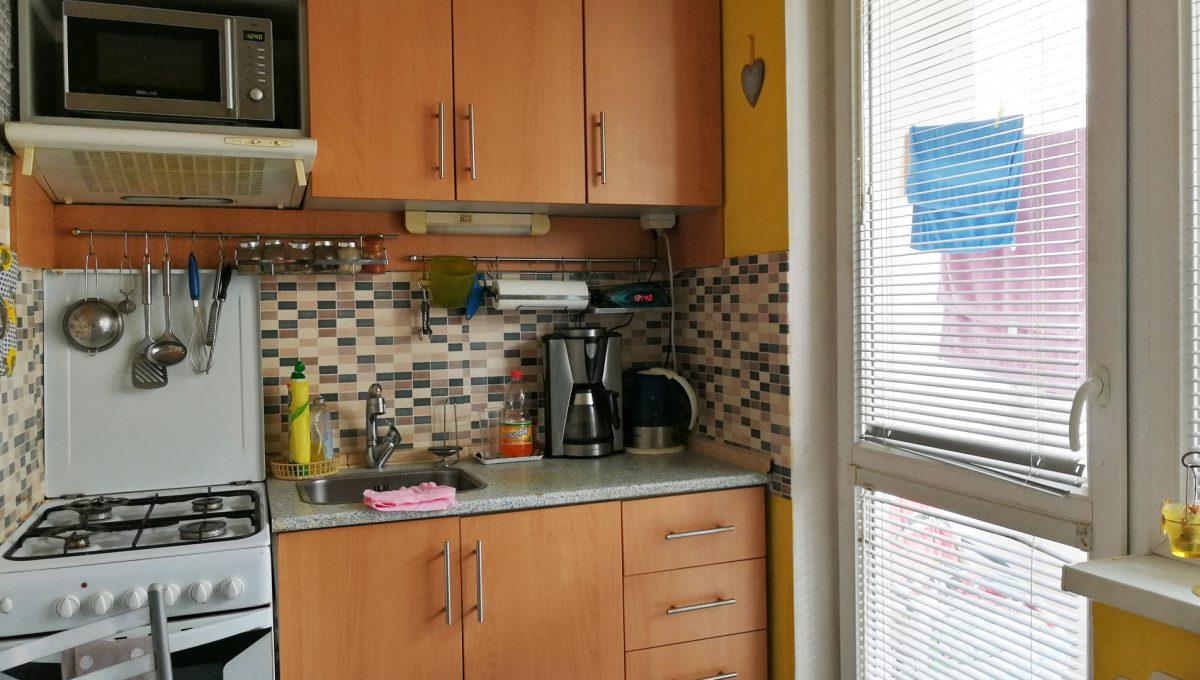 Senec 02 Inovecka 2 izbovy byt na predaj pohlad na kuchynsku linku v kuchyni s lodziou