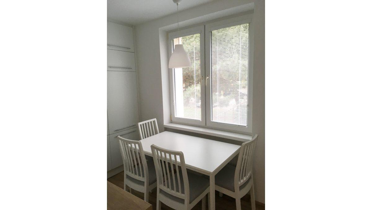 Senec 02 Kollarova 2 izbovy byt na prenajom pohlad na stol so stolickami pod oknom v kuchyni
