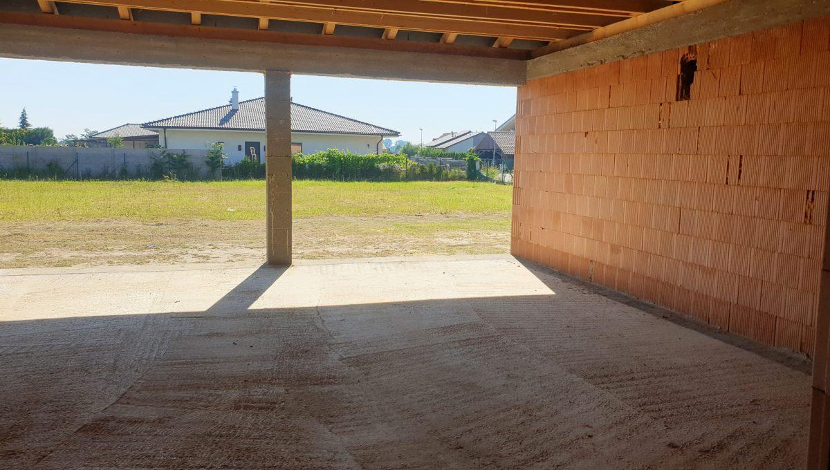 Senec 02 Mlynsky Klin 4 izbovy rodinny dom hruba stavba pohlad z buducej obyvacej izby