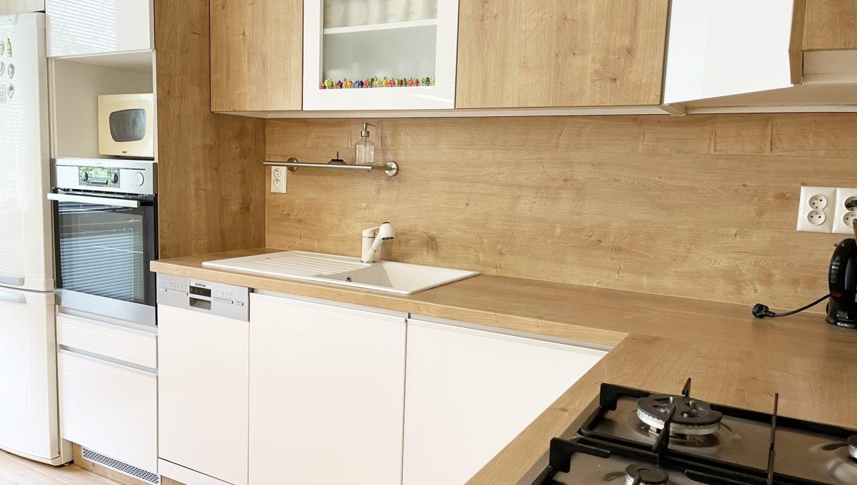 Senec Namestie 1 maja 3 izbovy byt na predaj pohlad na kuchynsku linku so spotrebicmi