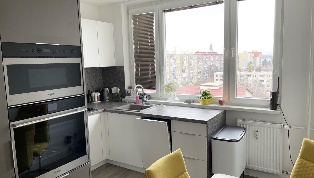 Senec 02 Sokolska ulica velmi pekny 3 izbovy byt na predaj pohlad na priestrannu kuchynu s novou kuchynskou linkou