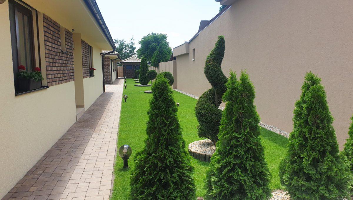 Senec 03 Boldocka nadstandardna ponuka dvoch rodinnych domov s bazenom v centre mesta pohlad na zahradnu upravu