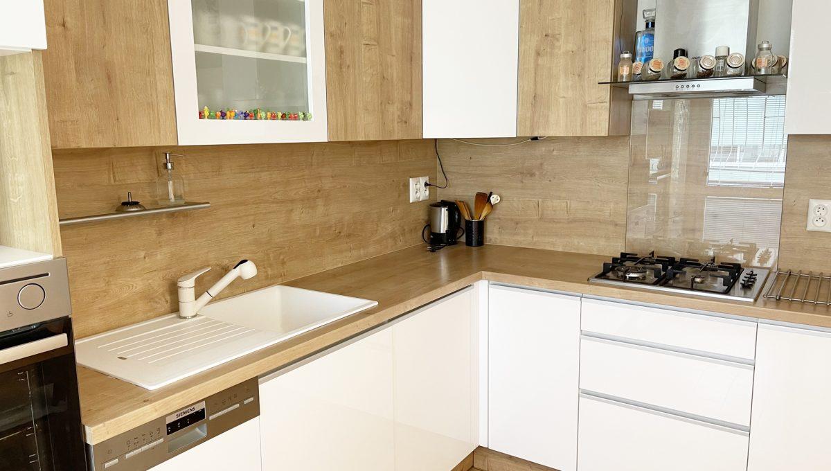 Senec Namestie 1 maja 3 izbovy byt na predaj pohlad od okna na zariadenu kuchynsku linku