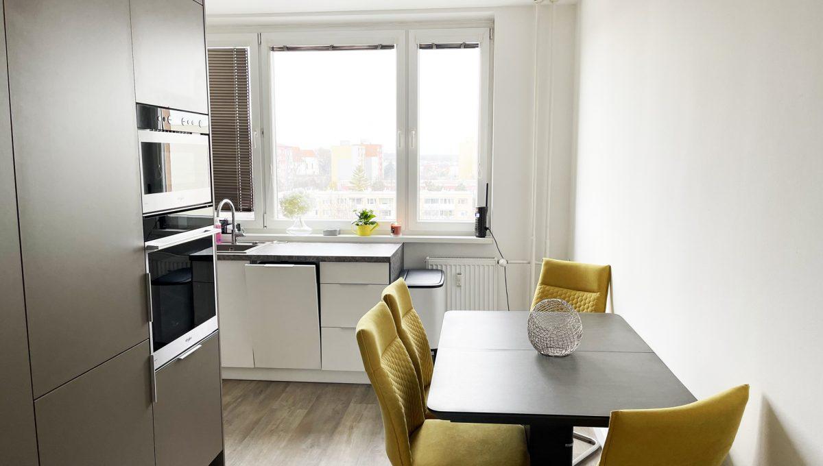 Senec 03 Sokolska ulica velmi pekny 3 izbovy byt na predaj pohlad na kuchynu s jedalenskym sedenim