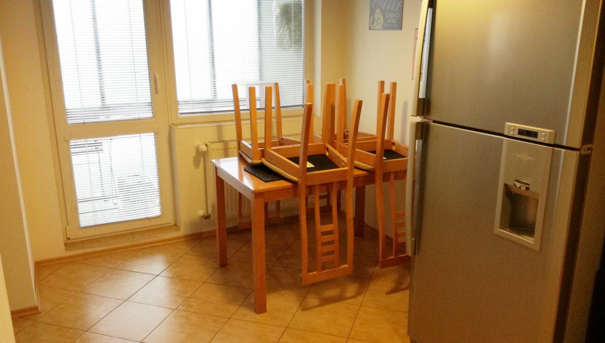 Senec-03-Svatoplukova-3-izbovy-byt-na-prenajom-pohlad-na-chladnicku-pri-jedalenskom-stole-a-vstup-na-zasklenu-lodziu