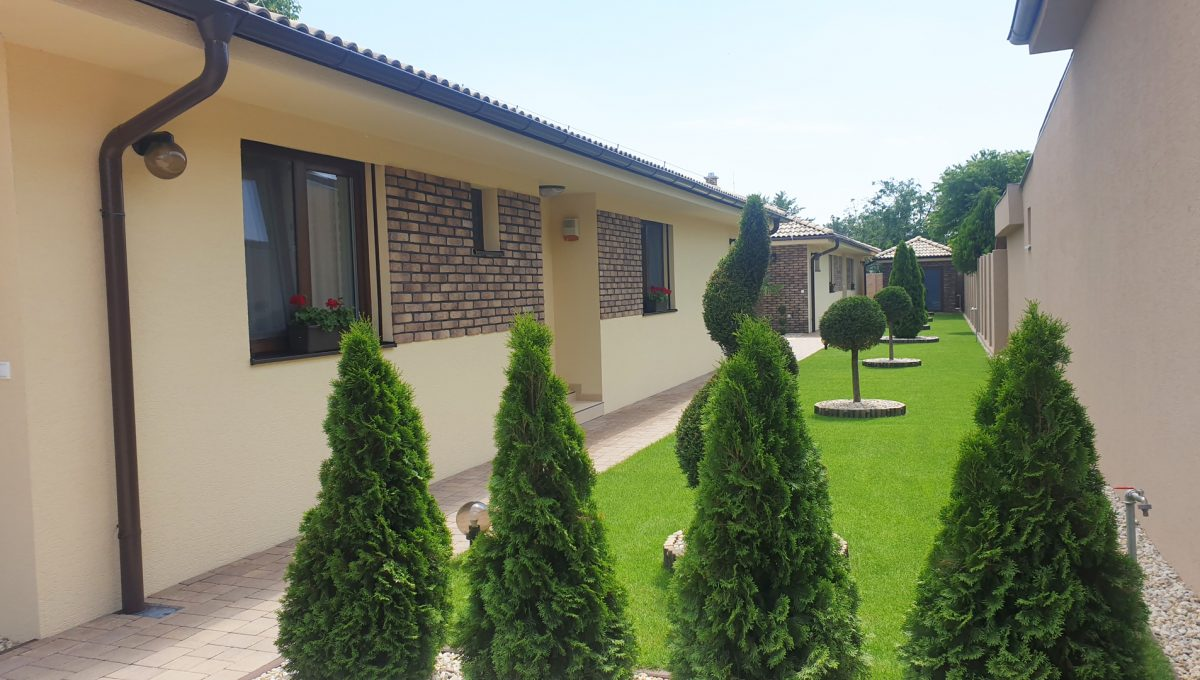 Senec 04 Boldocka nadstandardna ponuka dvoch rodinnych domov s bazenom v centre mesta pohlad na upravu zahrady pri domoch