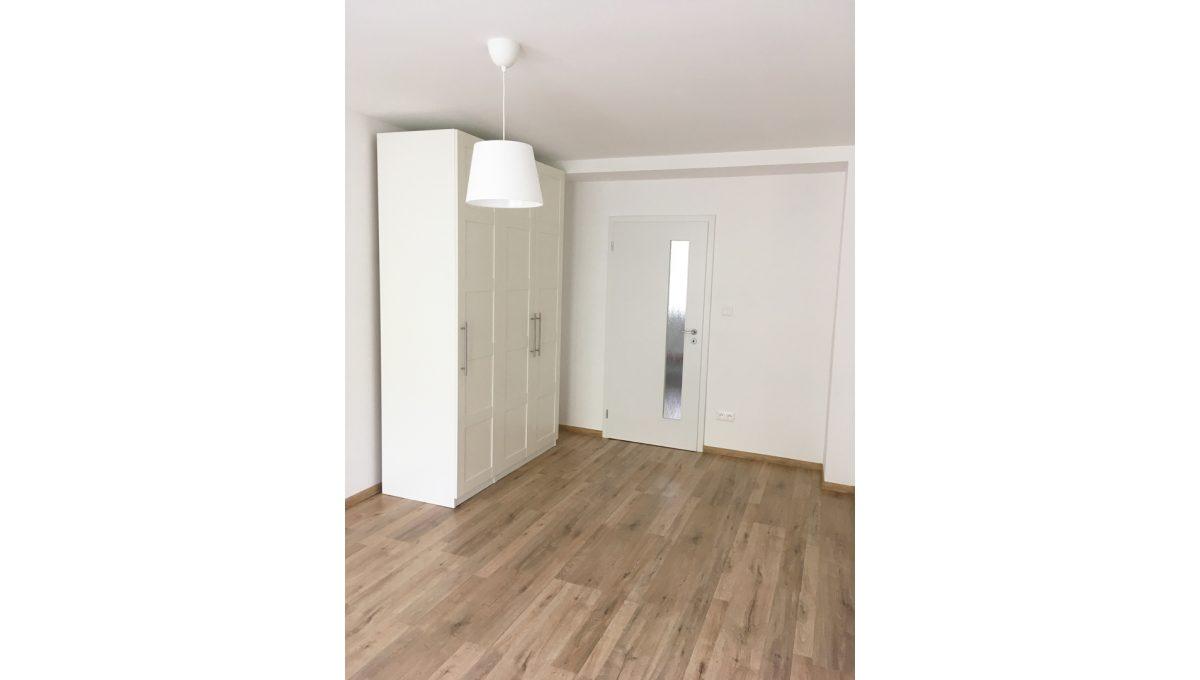 Senec 04 Kollarova 2 izbovy byt na prenajom pohlad na vstup do izby so skrinou od okna lodzie