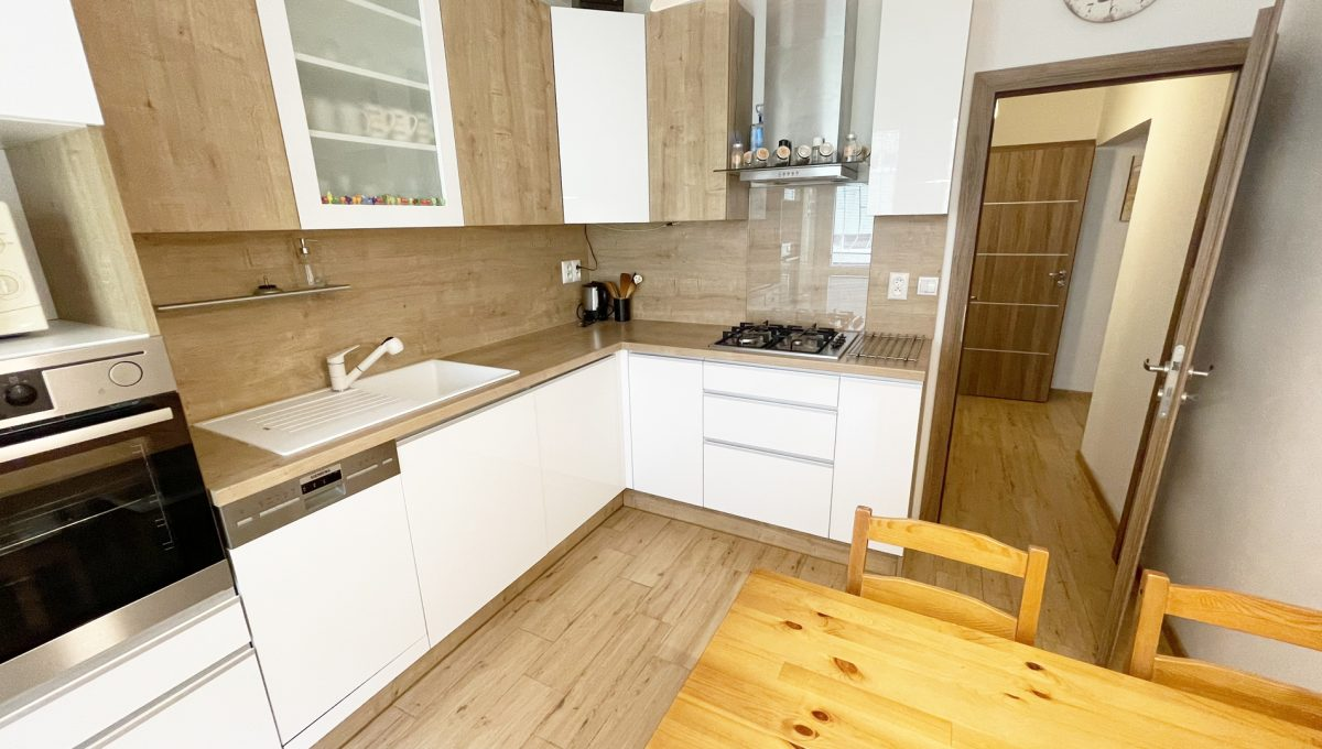 Senec Namestie 1 maja 3 izbovy byt na predaj pohlad od okna na zariadenu kuchynsku linku a jedalensky stol