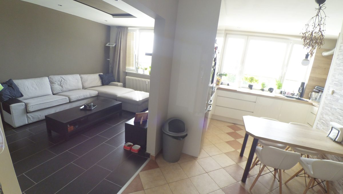 Senec-04-Svatoplukova-3-izbovy-byt-s-balkonom-a-klimatizaciou-pohlad-na-kuchynu-a-obyvaciu-izbu-z-chodby