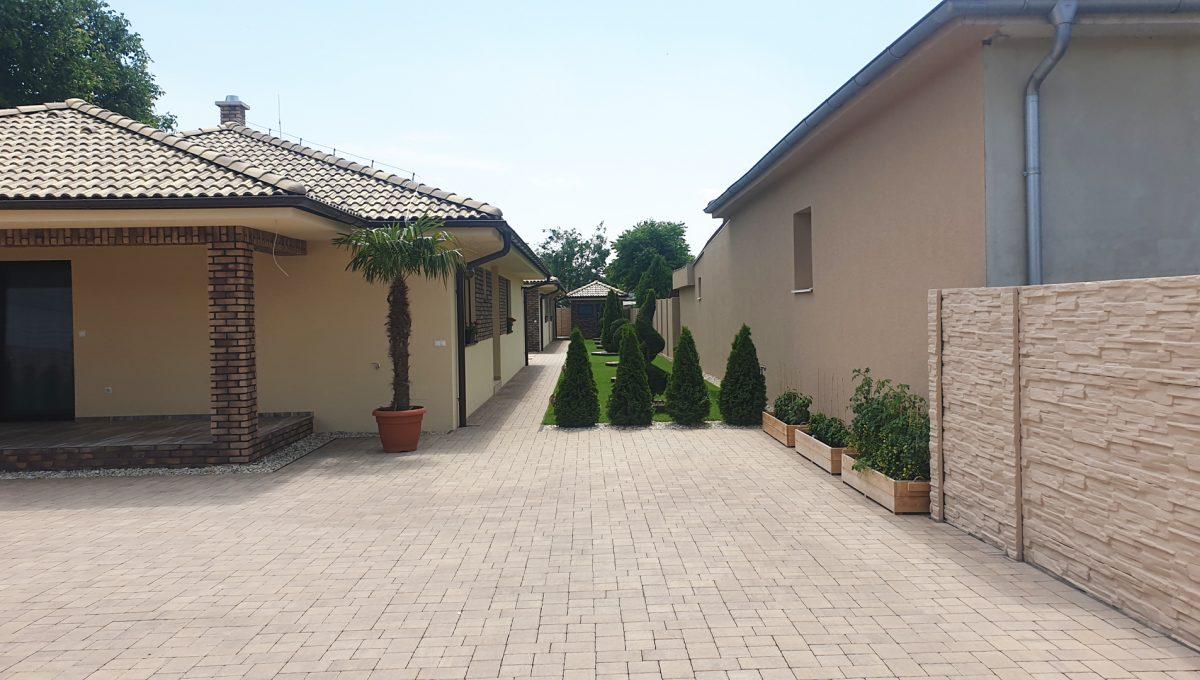Senec 05 Boldocka nadstandardna ponuka dvoch rodinnych domov s bazenom v centre mesta pohlad na parkovaciu plochu na pozemku pred domom