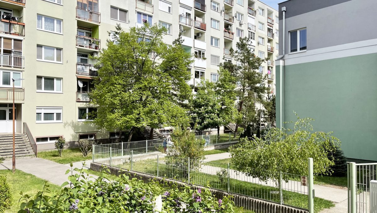 Senec Namestie 1 maja 3 izbovy byt na predaj pohlad z lodzie na okolie bytoveho domu