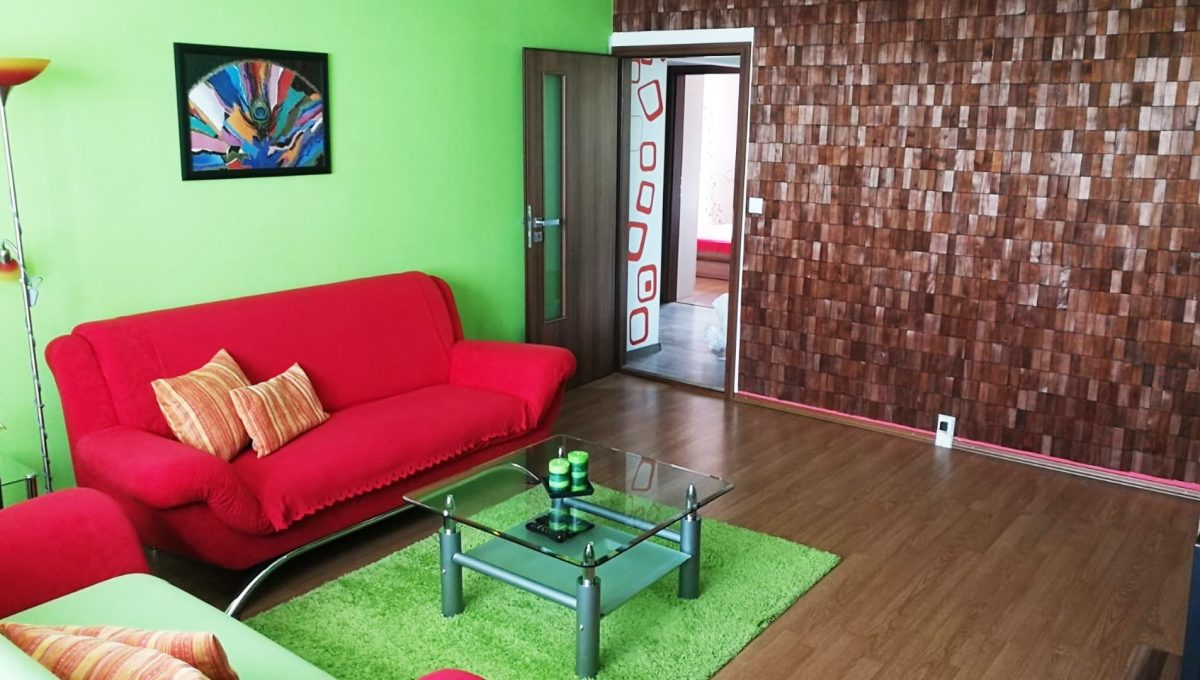 Senec 05 Namestie 3 izbovy byt na prenajom pohlad od okna na obyvaciu izbu a vstup