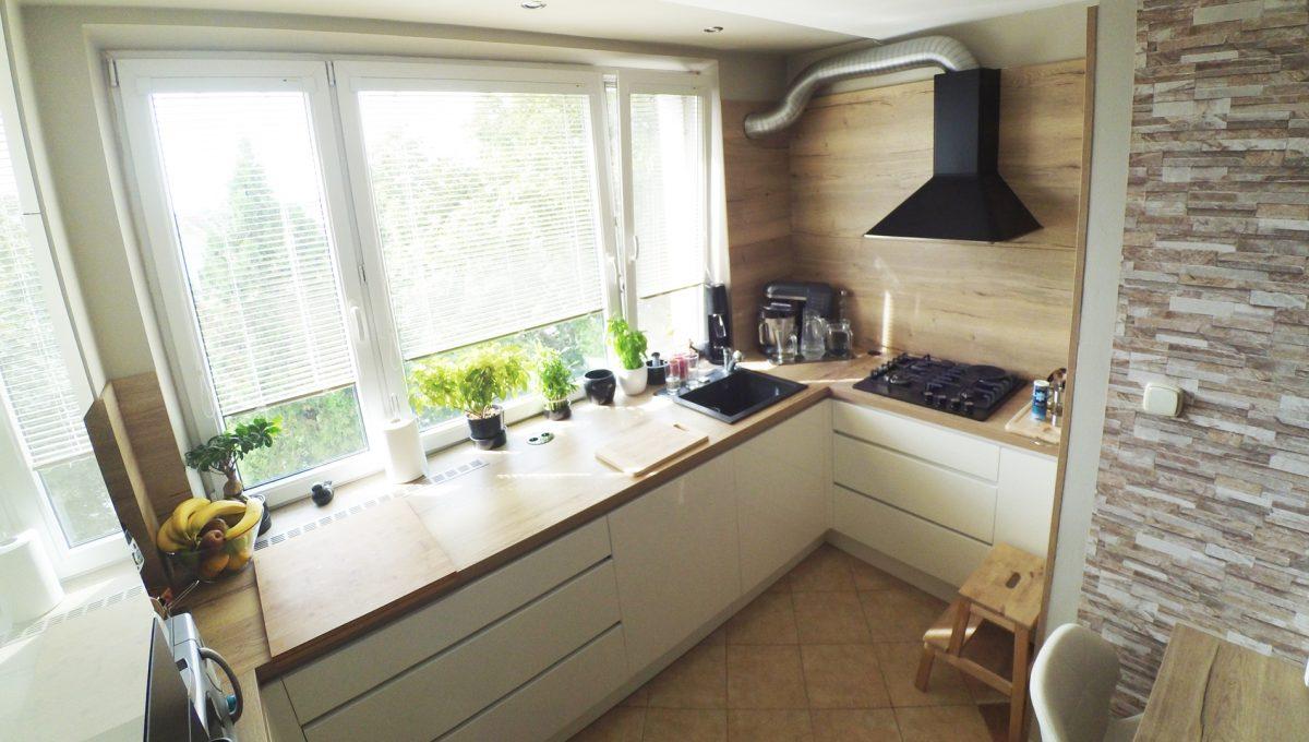 Senec-05-Svatoplukova-3-izbovy-byt-s-balkonom-a-klimatizaciou-pohlad-na-zariadenu-kuchynsku-linku