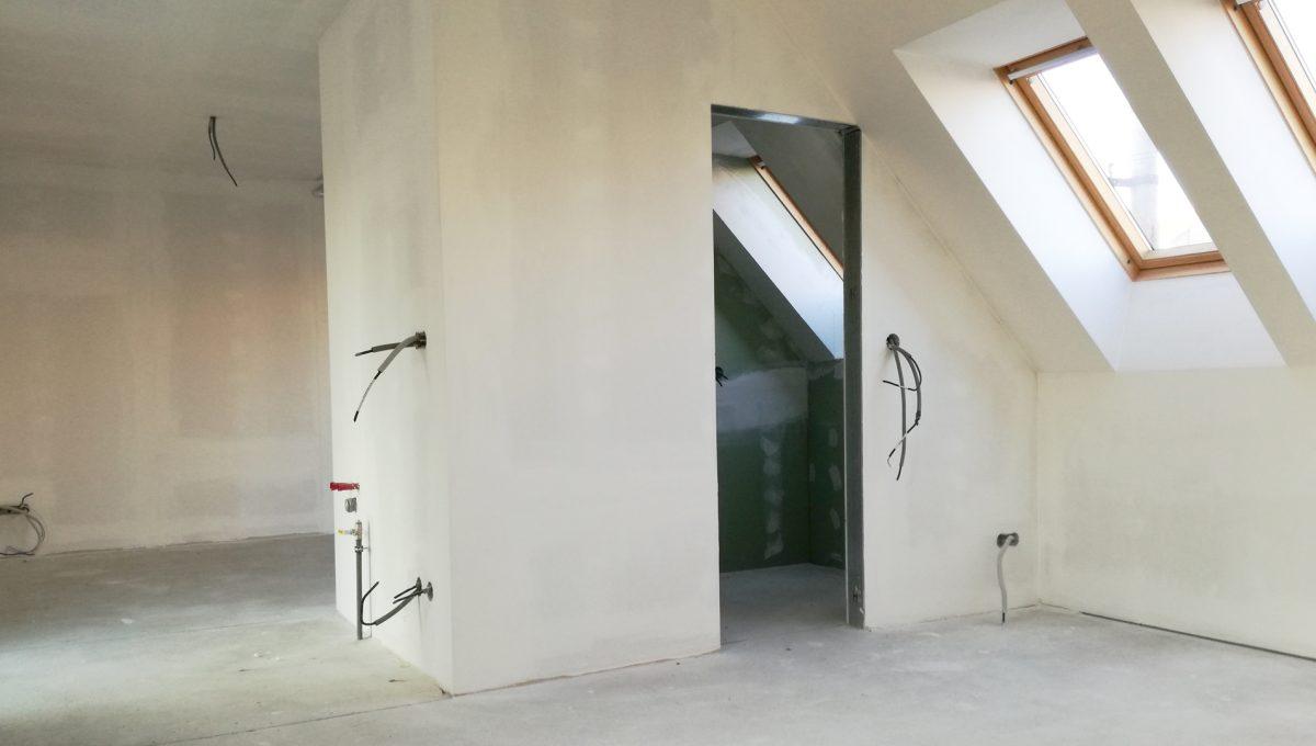 Senec-05-Vajanskeho-ulica-rodinny-dom-pred-dokoncenim-detska-izba-s-kupelnou-bez-podlahy