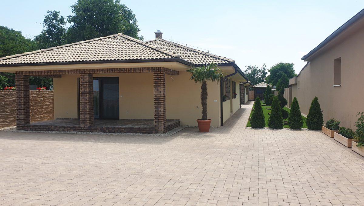 Senec 06 Boldocka nadstandardna ponuka dvoch rodinnych domov s bazenom v centre mesta pohlad na plochu pre parkovanie pred domom