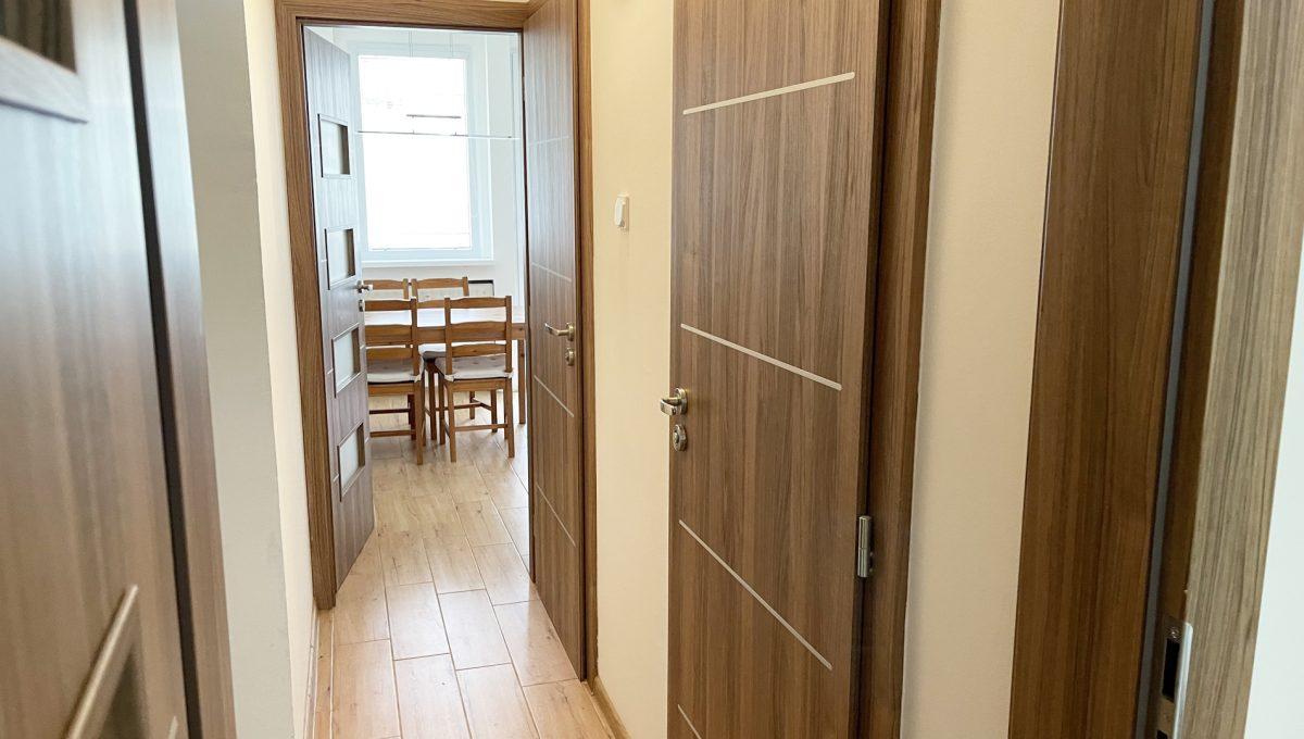 Senec Namestie 1 maja 3 izbovy byt na predaj pohlad od spalne na chodbu a vstup do kuchyne