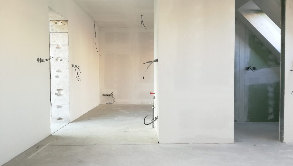 Senec-06-Vajanskeho-ulica-rodinny-dom-pred-dokoncenim-detska-izba-s-kupelnou-bez-podlahy-pohlad-na-vstup-do-izby
