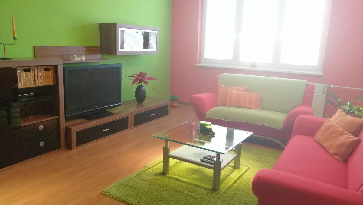 Senec 07 Namestie 3 izbovy byt na prenajom pohlad od vstupu na obyvaciu izbu zariadenu nabytkom