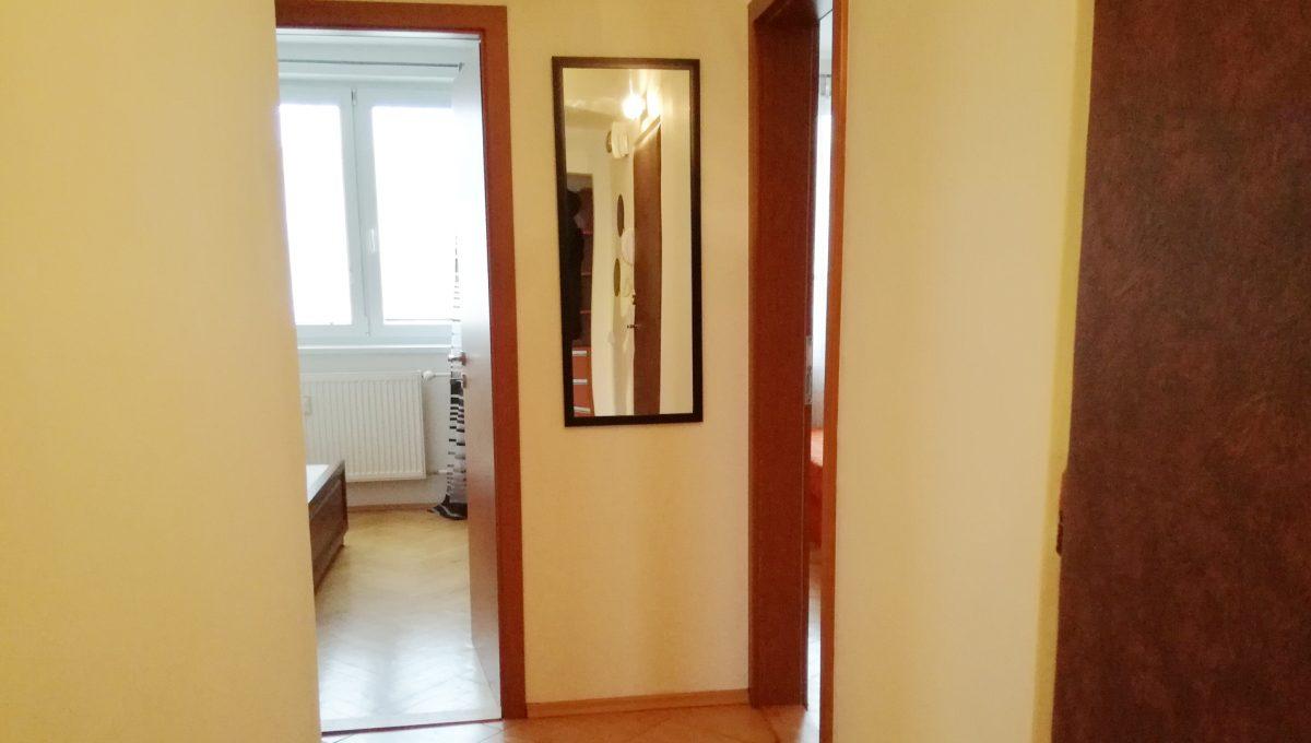 Senec-07-Svatoplukova-3-izbovy-byt-na-prenajom-pohlad-na-chodbu-so-vstupmi-do-jednotlivych-miestnosti