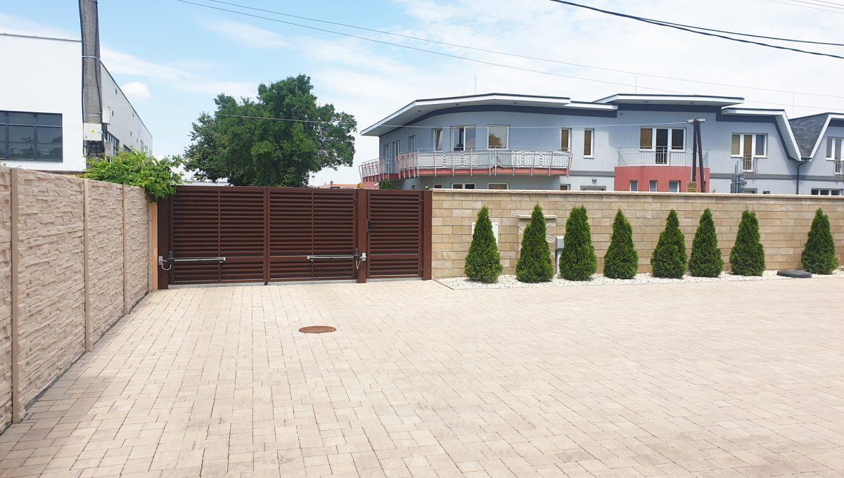 Senec 08 Boldocka nadstandardna ponuka dvoch rodinnych domov s bazenom v centre mesta pohlad na vstup na pozemok a parkovaciu plochu pred domom
