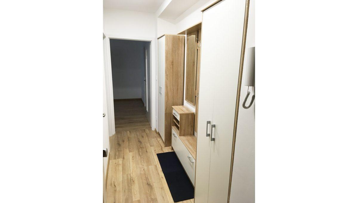 Senec 08 Kollarova 2 izbovy byt na prenajom pohlad na chodbu od vchodovych dveri na vstup do izby