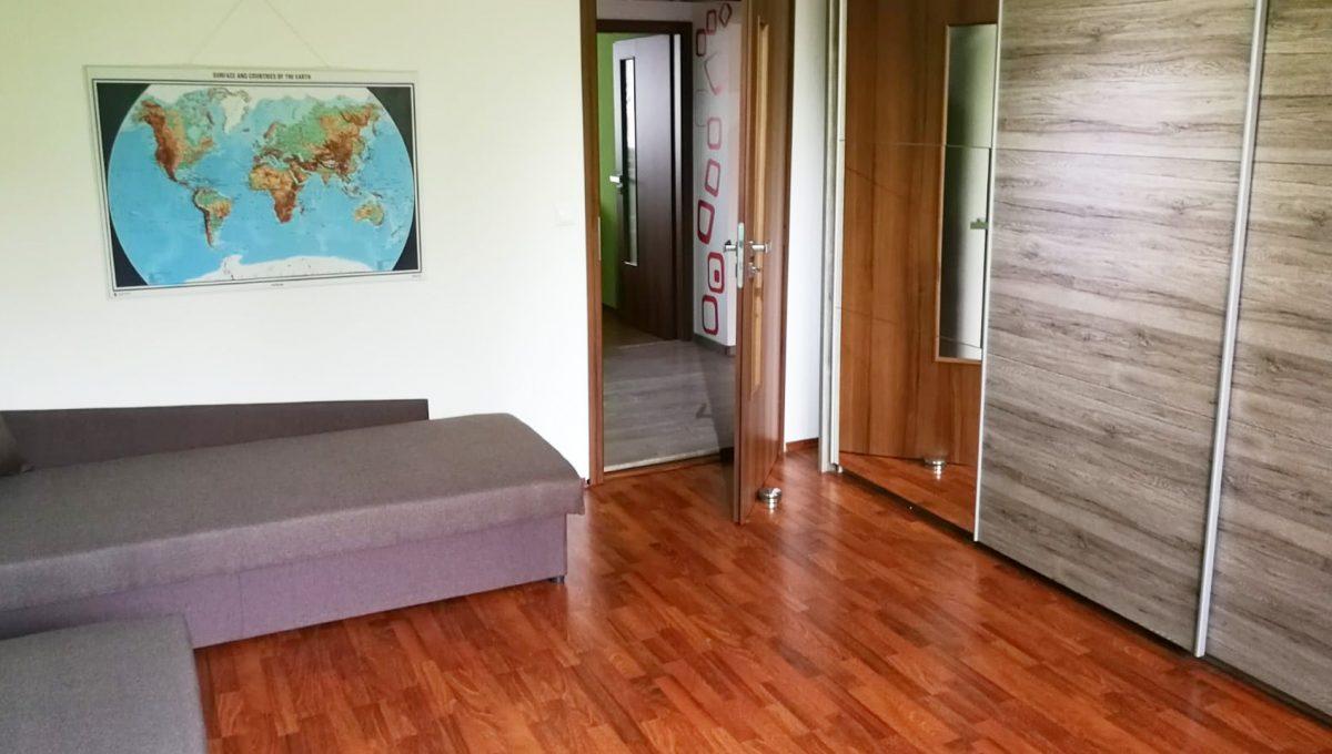 Senec 08 Namestie 3 izbovy byt na prenajom pohlad od okna na detsku izbu s roldorovou skrinou a dvomi postelami