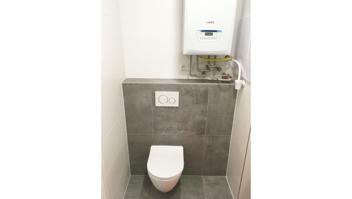 Senec 09 Kollarova 2 izbovy byt na prenajom pohlad na toaletu a kotol v spolocnej kupelni so sprchovym kutom
