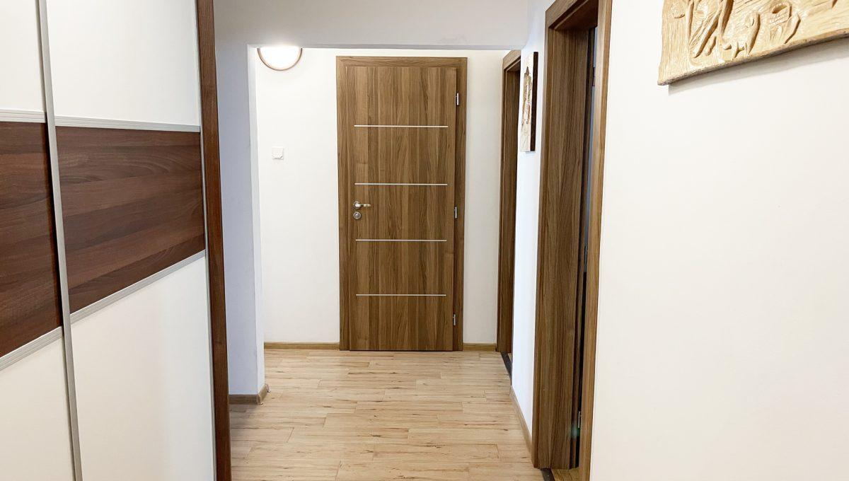 Senec Namestie 1 maja 3 izbovy byt na predaj pohlad od vstupnych dveri na chodbu a dvere kupelne
