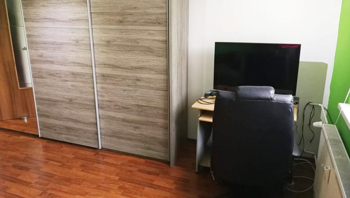Senec 09 Namestie 3 izbovy byt na prenajom pohlad od okna na cast izby s roldorovou skrinou a pracovnym kutom