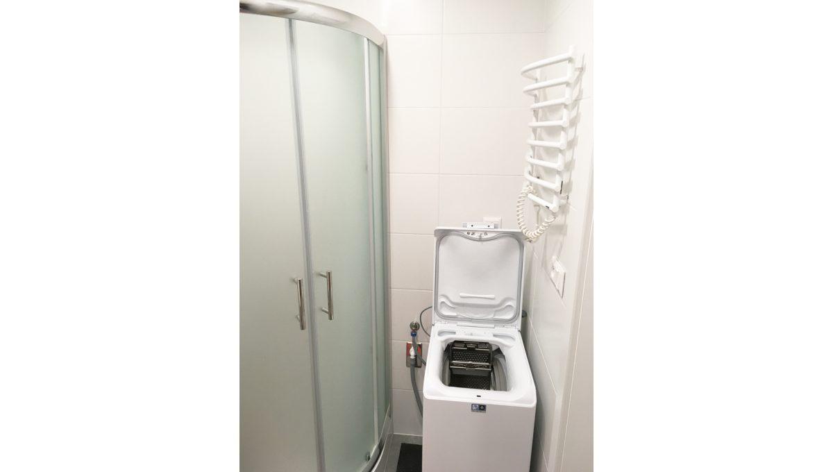 Senec 10 Kollarova 2 izbovy byt na prenajom pohlad na cast sprchoveho kuta a pracku v kupelni