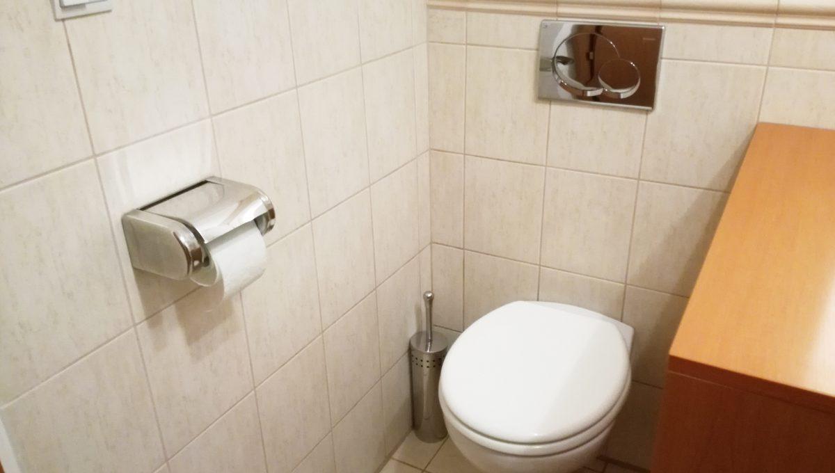 Senec-10-Svatoplukova-3-izbovy-byt-na-prenajom-pohlad-na-toaletu