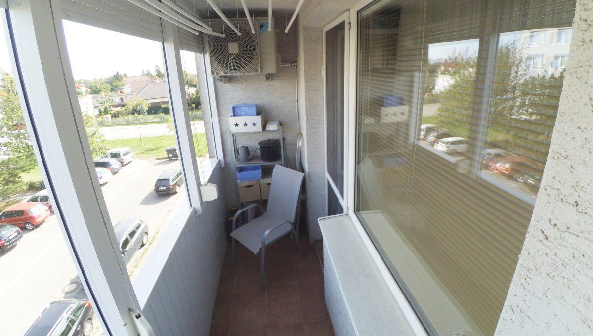 Senec-10-Svatoplukova-3-izbovy-byt-s-balkonom-a-klimatizaciou-pohlad-na-balkon-spalne-s-klimatizaciou