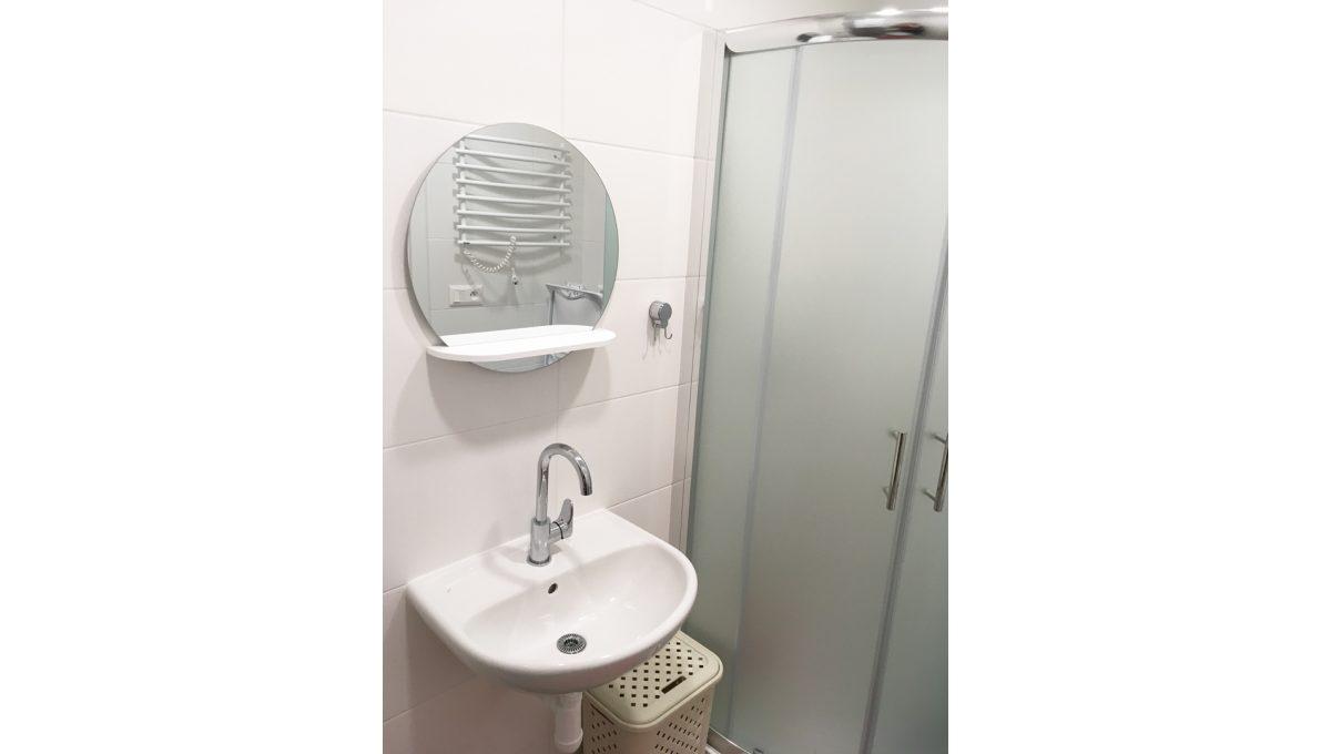 Senec 11 Kollarova 2 izbovy byt na prenajom pohlad na umyvadlo so zrkadlom a cast sprchoveho kutu v kupelni