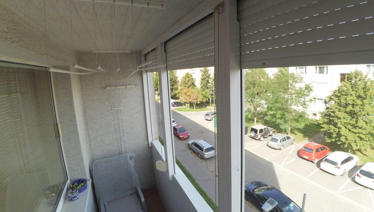 Senec-11-Svatoplukova-3-izbovy-byt-s-balkonom-a-klimatizaciou-pohlad-na-balkon-so-zaluziami