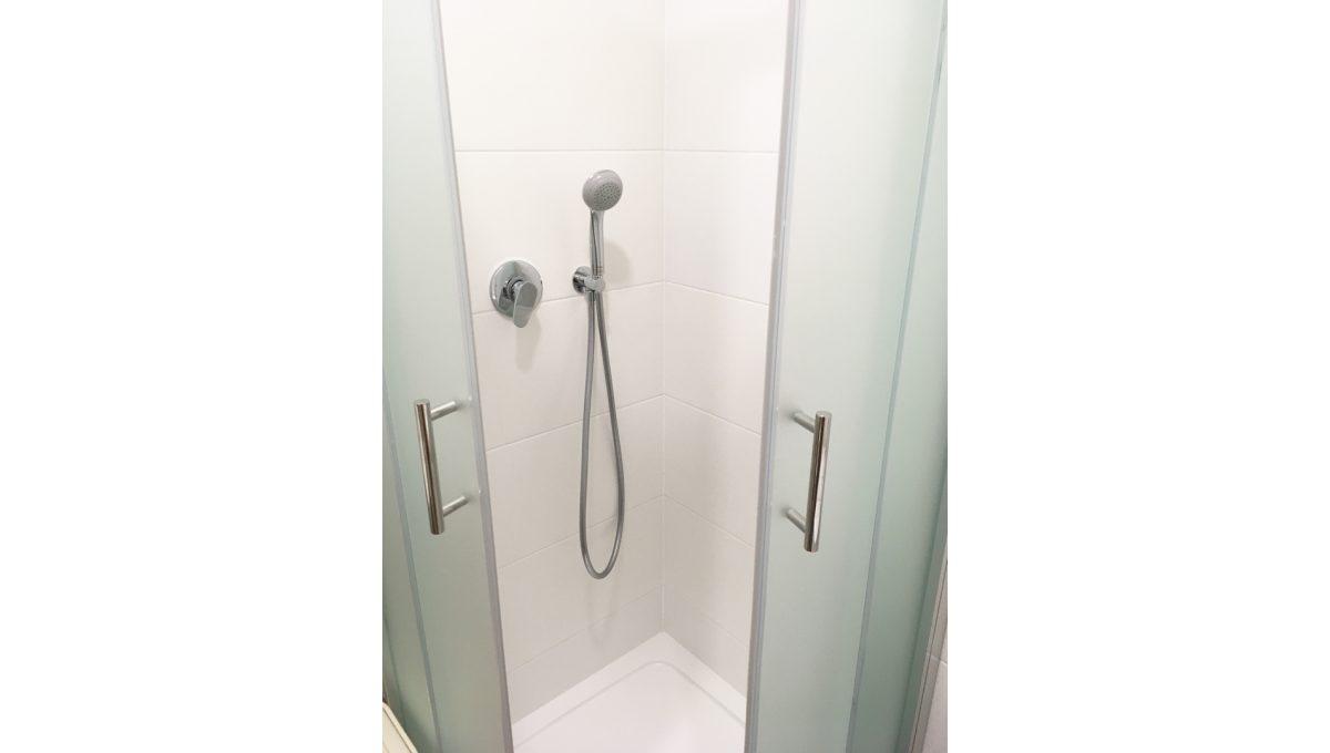 Senec 12 Kollarova 2 izbovy byt na prenajom pohlad na sprchovy kut v kupelni