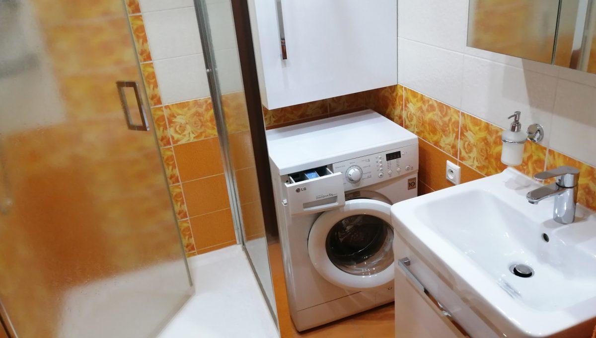 Senec 12 Namestie 3 izbovy byt na prenajom kupelna so sprchovym kutom umyvadlom a prackou