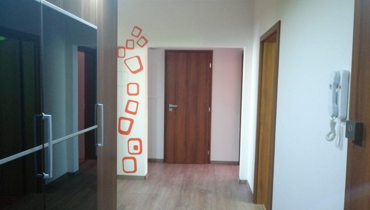 Senec 12 Namestie 3 izbovy byt na prenajom pohlad od vstupnych dveri na chodbu s odkladacou skrinou